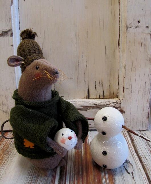 Primitive Mouse Building Snowman Winter Decoration